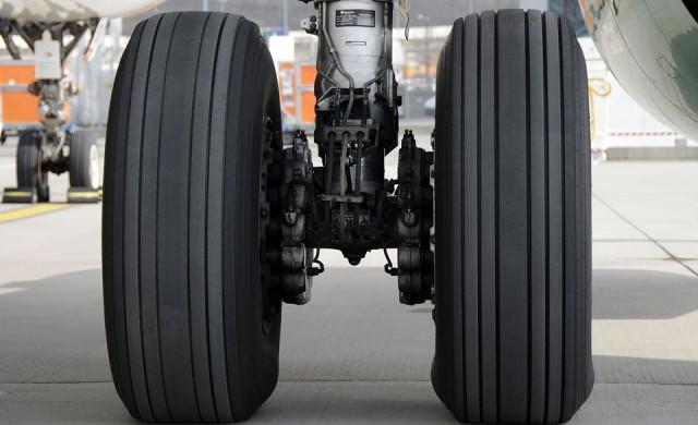 Как се сменя гума на самолет? (видео)