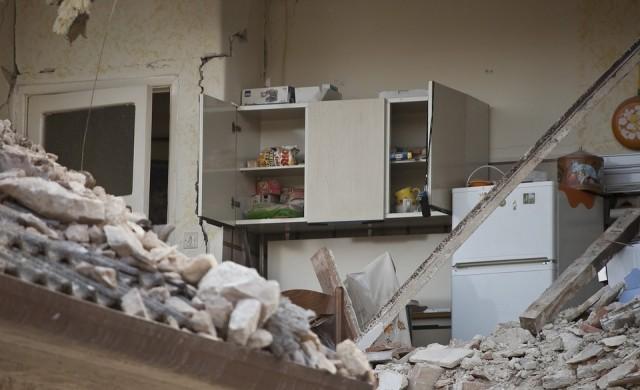 Жертвите на срутилата се сграда в Истанбул станаха 11