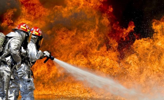 Пожарът във Войводиново е локализиран, борят се с него цяла нощ