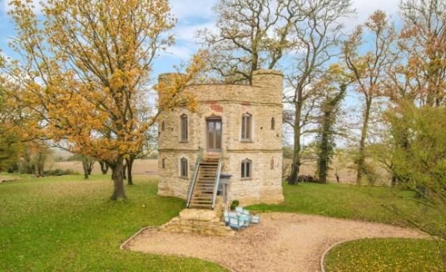 Очарователен малък замък продават на Острова