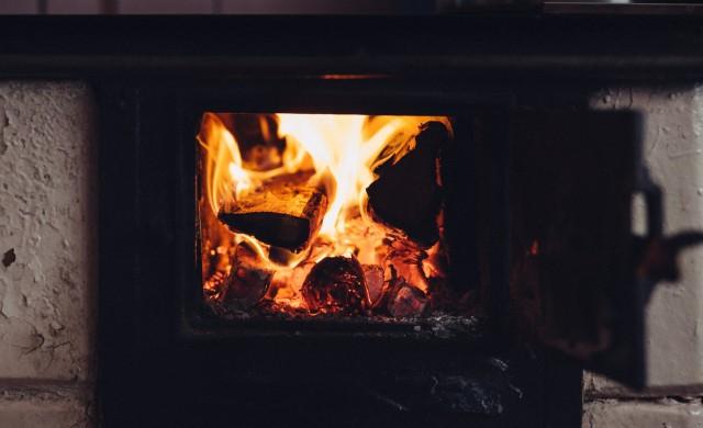 Великобритания спира мокрите дърва и въглищата за отопление