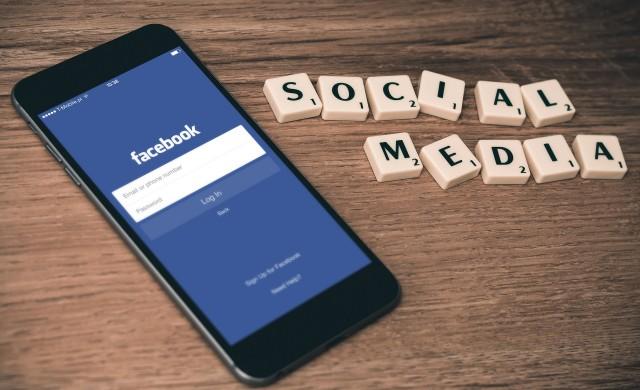 Репортер неволно включи Facebook филтри, предавайки на живо