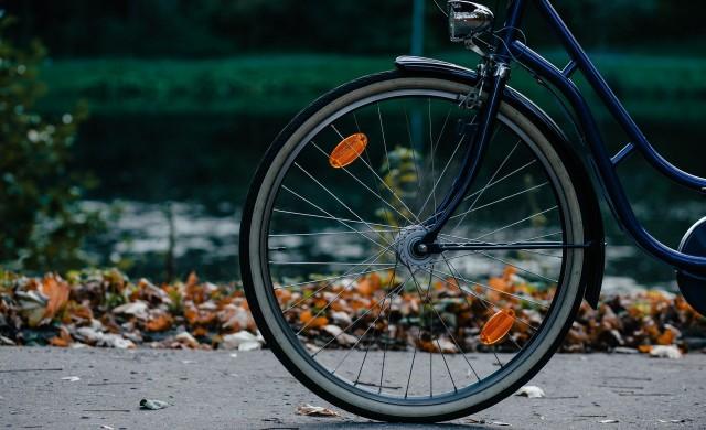 Той е на 80 години и разнася вестници с колело. Искал да се откаже, но...
