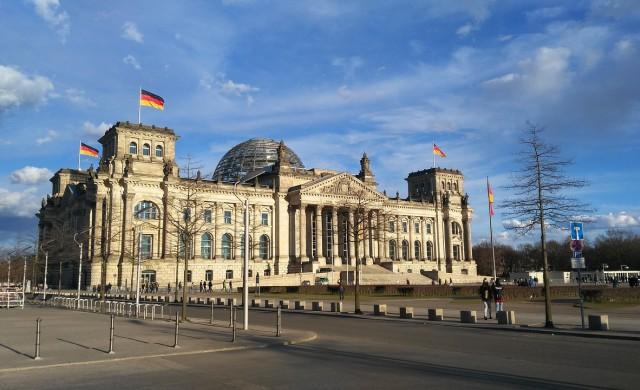 Намаляват заплатите на депутатите в Германия