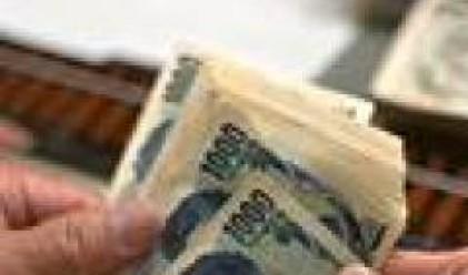 Йената с най-голям спад спрямо долара и еврото от три месеца насам