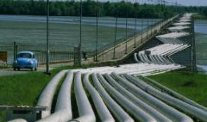 Петролът отстъпва от рекордните си нива при 111 долара за барел
