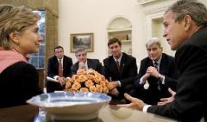 Хилари Клинтън: Буш е изложил на риск националната сигурност заради външния дълг