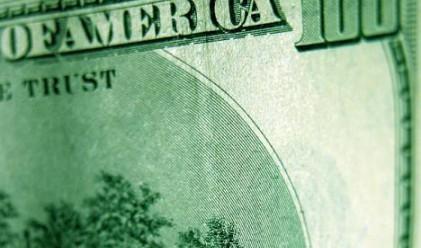 Доларът с понижение след вяла и колеблива търговия