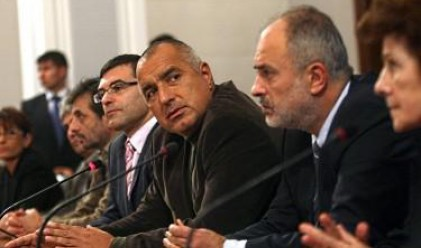Отново словесен дуел между Младенов и Дянков за заплатите