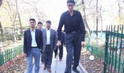 Най-високият мъж в света престава да расте на 2.51 м