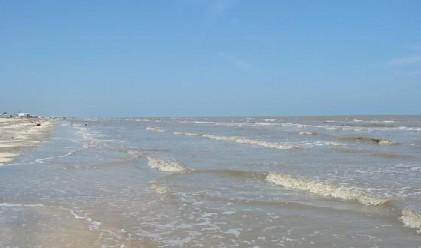 Морето изяде плажа на Ахелой