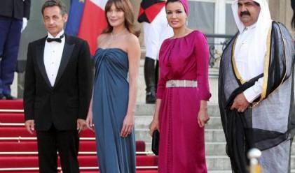 Жените, които стоят до арабските шейхове