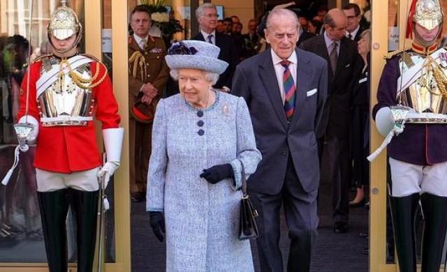 Защо Елизабет II винаги носи ръчна чанта?