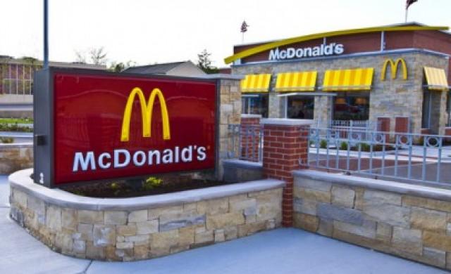 Тя е на 94 години и продължава да работи в McDonald's