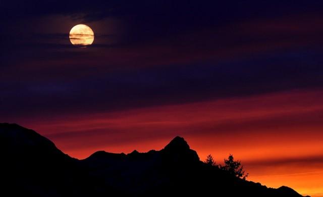 Възможно ли е соларни панели на Луната да захранват с ток Земята?