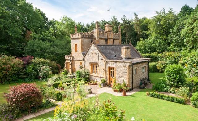 Продават най-малкия замък във Великобритания за 638 000 евро