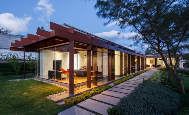 Къща от стомана и стъкло, приканваща към забавления