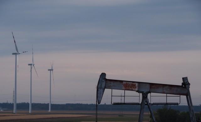 Петролът поевтиня близо до дъното си от 2016 г.