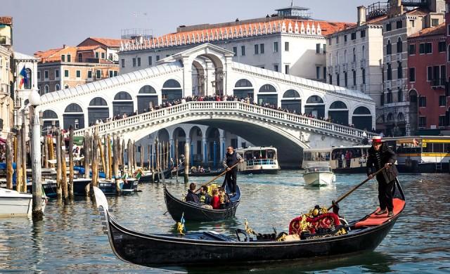 Венеция без туристи: Чисти канали, в които плуват делфини