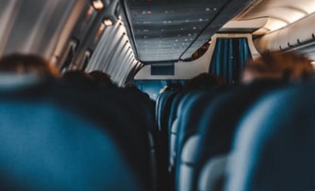 Какво крият джобовете на седалките в самолета?