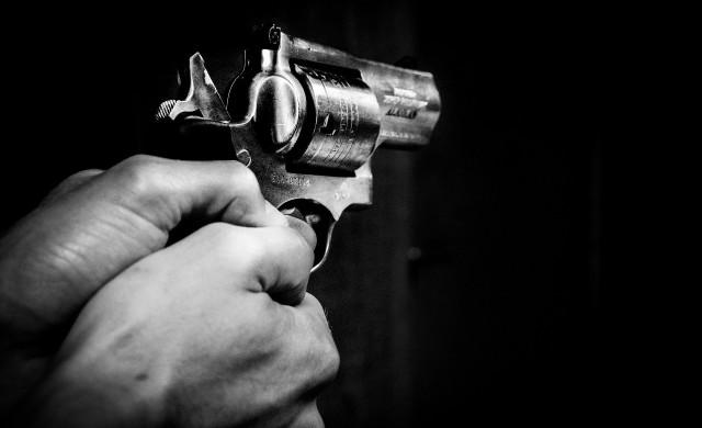 Светът се запасява с тоалетна хартия, а американците - с оръжие