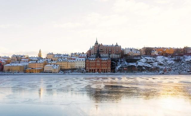 Изключението Швеция: Кафенетата са пълни, а хората се прегръщат
