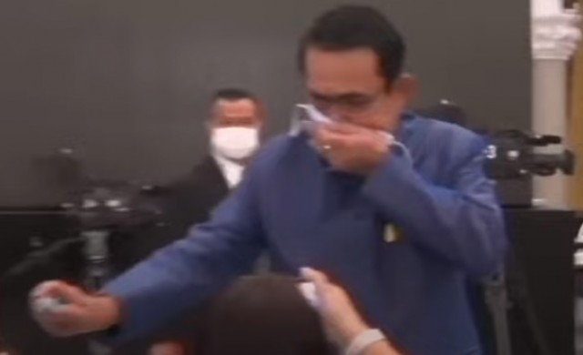 Тайландският премиер напръска журналисти с дезинфектант (видео)