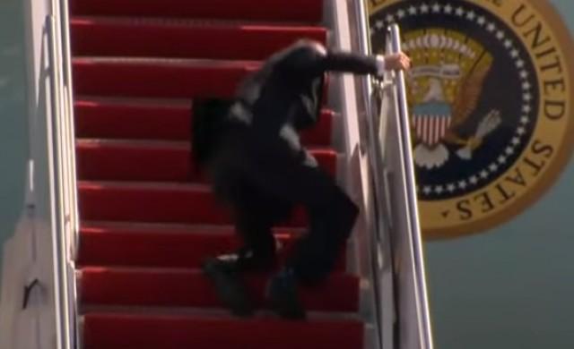 Джо Байдън залитна, докато се качваше в президентския самолет