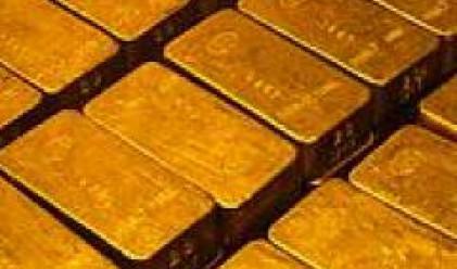 Златото с нов седем месечен максимум в резултат на поевтиняването на долара