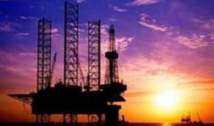 Петролът отстъпва от рекордните си нива след поскъпването на долара