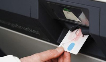 Гърците масово теглят спестяванията си от банките