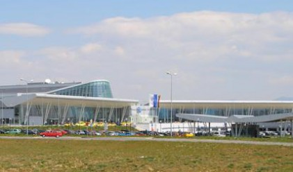 Спира обслужването на всички летища в страната
