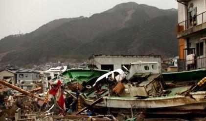 Стотици сейфове и пари изплуват по японското крайбрежие