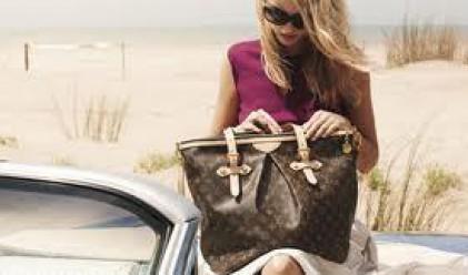 Разкриха тайните на тежкaта дамска чанта