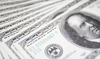 Доларът продължава да губи позиции