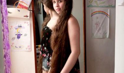 Момиче продаде косата си, за да купи къща на родителите си