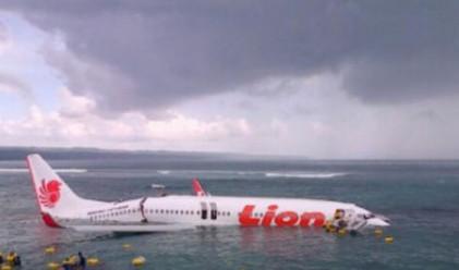 Самолет пропусна писта и се приземи в морето