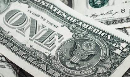 Доларът поевтинява, след като нагласите за Фед остават