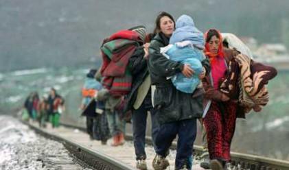 Стотици мигранти опитаха да нахлуят в Македония от Гърция