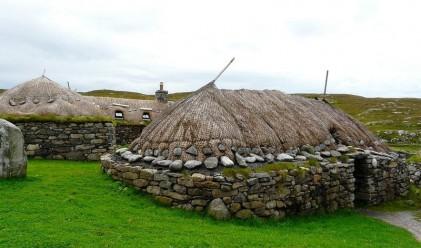 Покривът на тези къщи често се сменя и се използва за тор