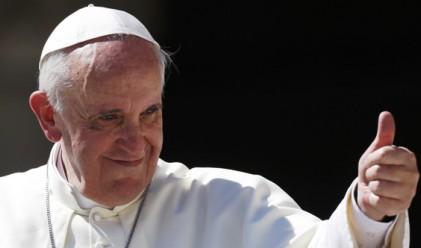 Папа Франциск пристигна в Гърция, ще си тръгне с 10 бежанци