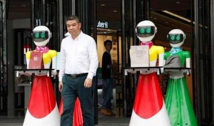 Китайски богаташ пазарува с женски роботи, които му носят чантите
