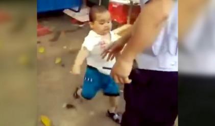 Тригодишно китайче подгони полицаи с метална тръба (видео)