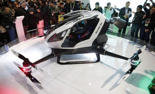 Такси-хеликоптер се понася из небето над Дубай