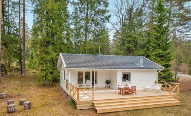 Бяла малка къща от 56 квадрата с две спални и идеален интериор