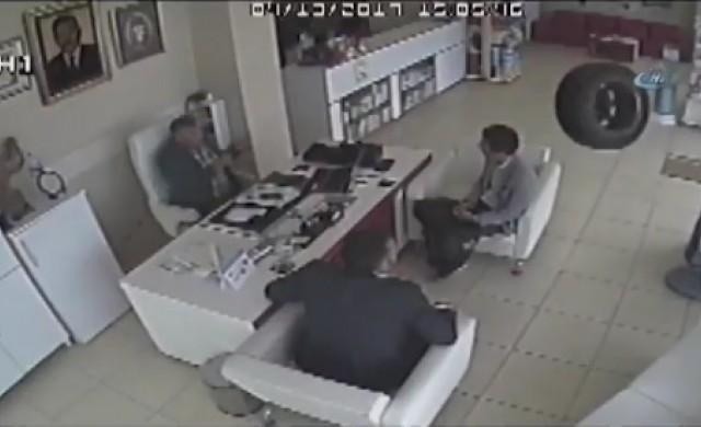 Гума падна от автомобил и влетя в аптека (видео)