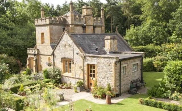 Най-малкият замък във Великобритания се продава