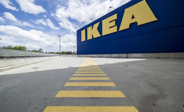 IKEA се подиграва с луксозна чанта, която прилича на нейна торба