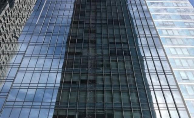 Обитателите на потъващ небостъргач продават имотите си на загуба