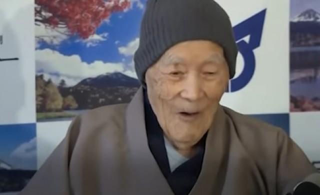 Най-възрастният мъж хапва сладко и разпуска в минерални извори